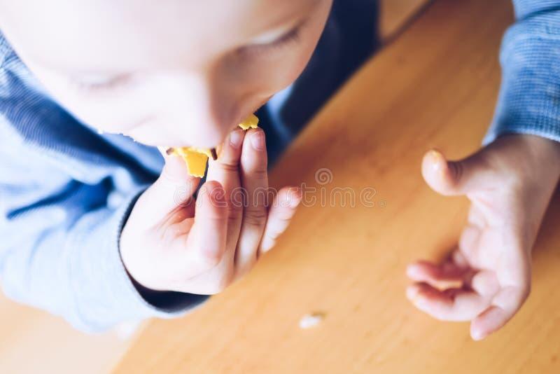 小男孩吃着多福饼 库存图片