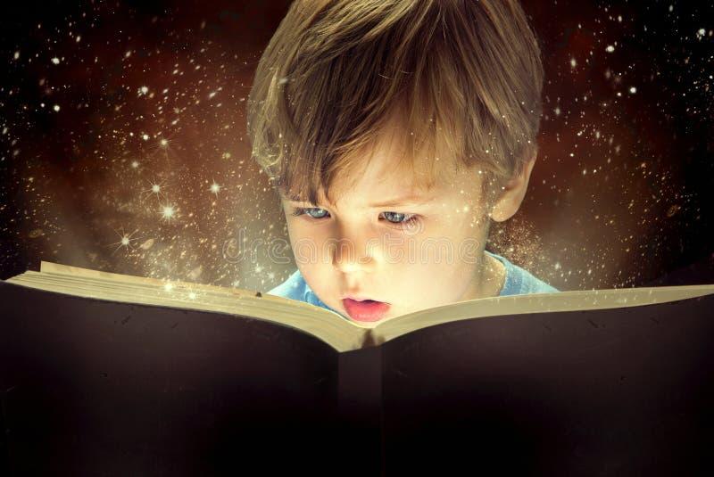 小男孩和不可思议的书 库存照片