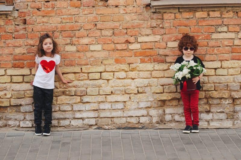 小男孩和女孩在街道上 免版税库存图片