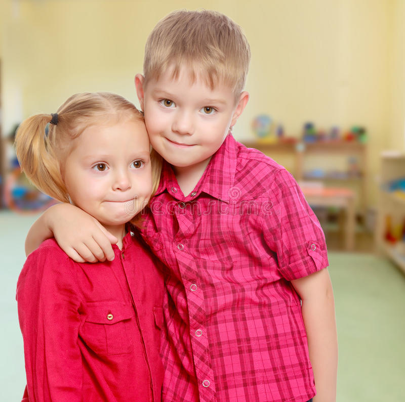 小男孩和女孩拥抱 免版税图库摄影