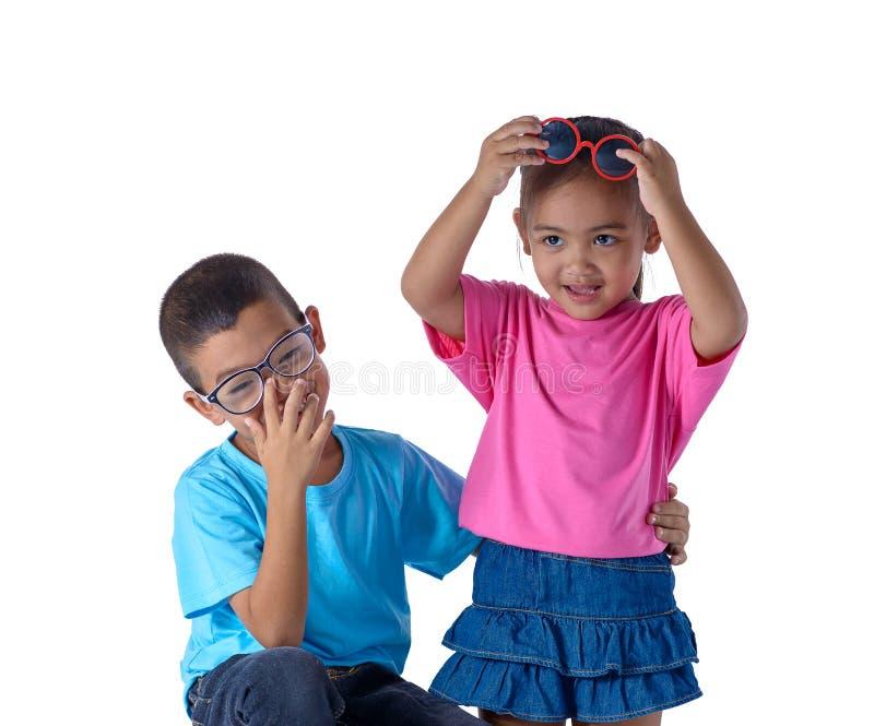 小男孩和女孩画象是有在白色背景隔绝的玻璃的五颜六色的T恤杉 免版税库存图片