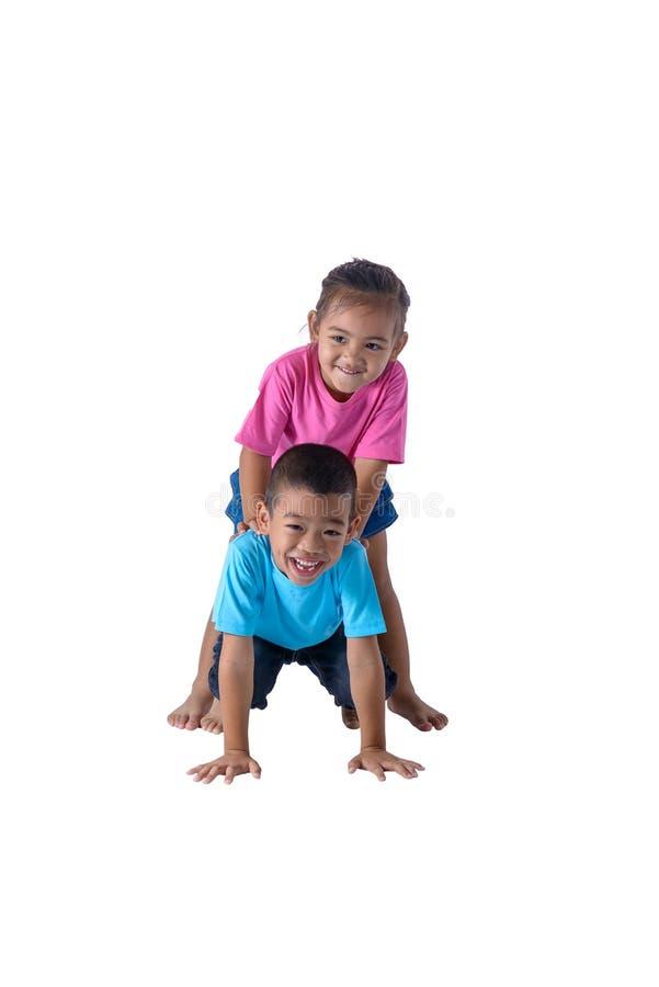 小男孩和女孩画象是有在白色背景隔绝的玻璃的五颜六色的T恤杉 图库摄影