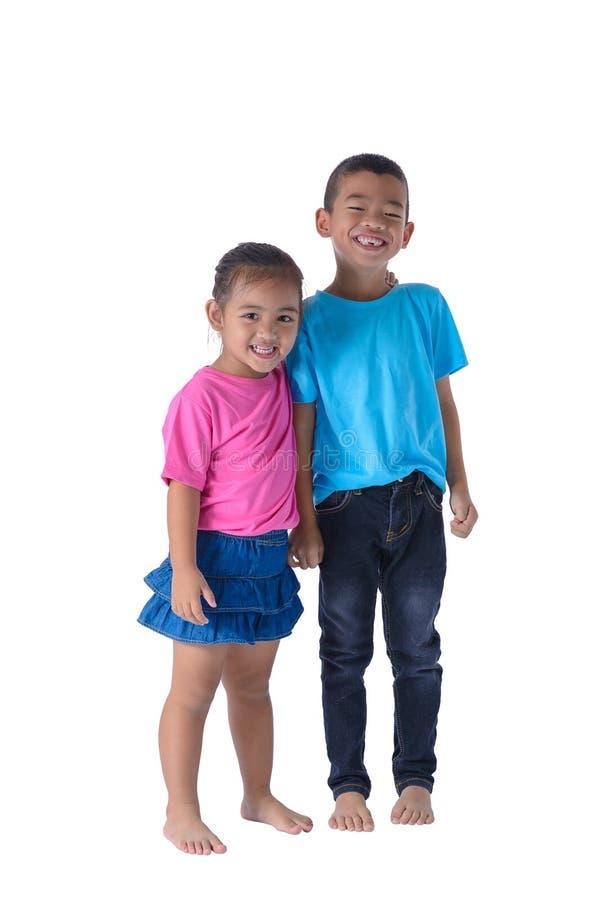 小男孩和女孩画象是有在白色背景隔绝的玻璃的五颜六色的T恤杉 免版税图库摄影