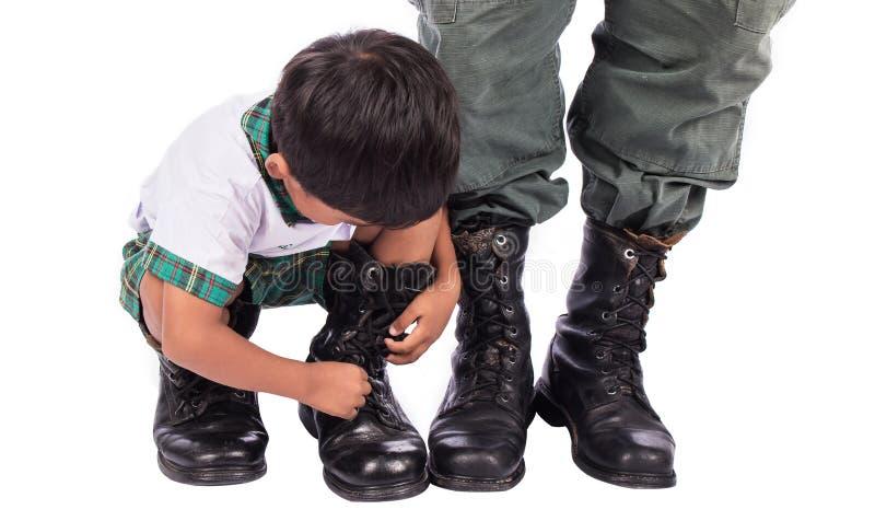 小男孩和爸爸佩带的鞋子 图库摄影