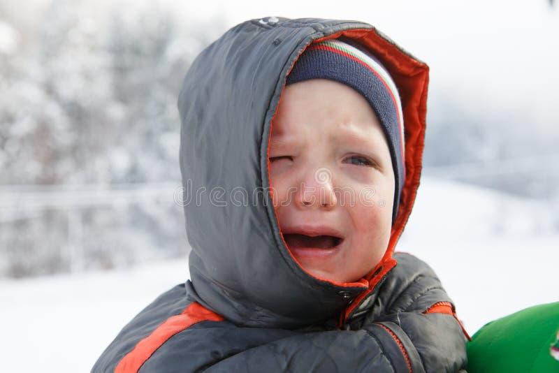 小男孩哭泣,不要走外面 库存图片