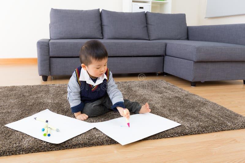 小男孩图画图片和就座在地毯 库存图片
