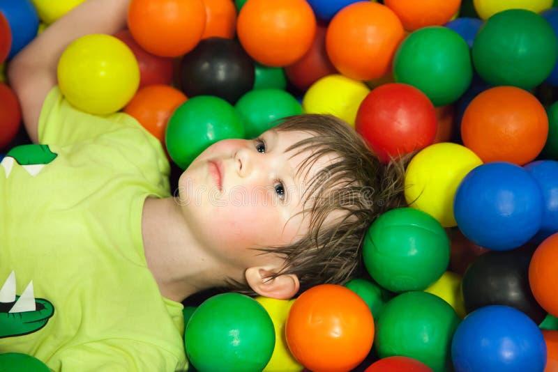 小男孩在儿童的游乐场 免版税库存照片