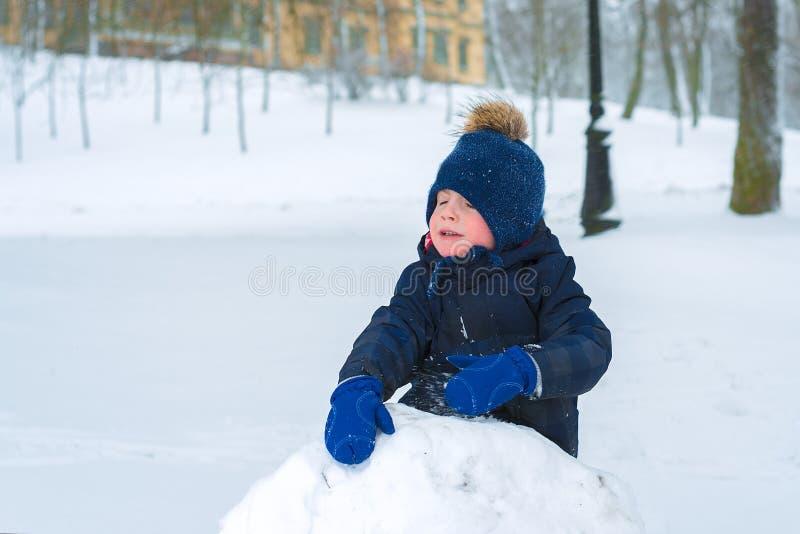 小男孩在寒冷的冬天哭泣 孩子是哀伤的 库存照片