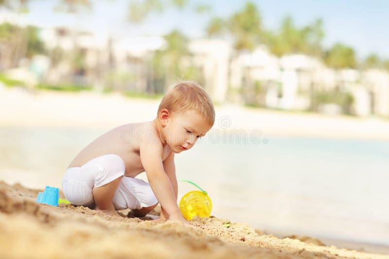 小男孩在度假在海滩的 库存照片