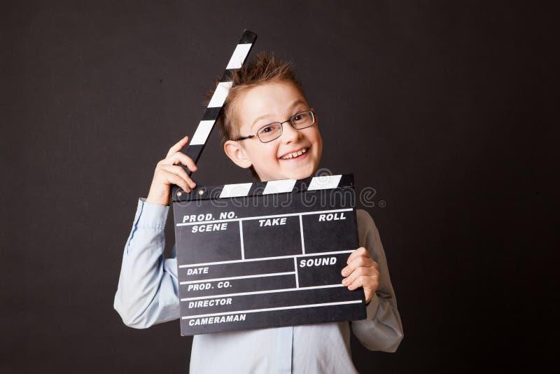 小男孩在手上的拿着拍板。 库存图片