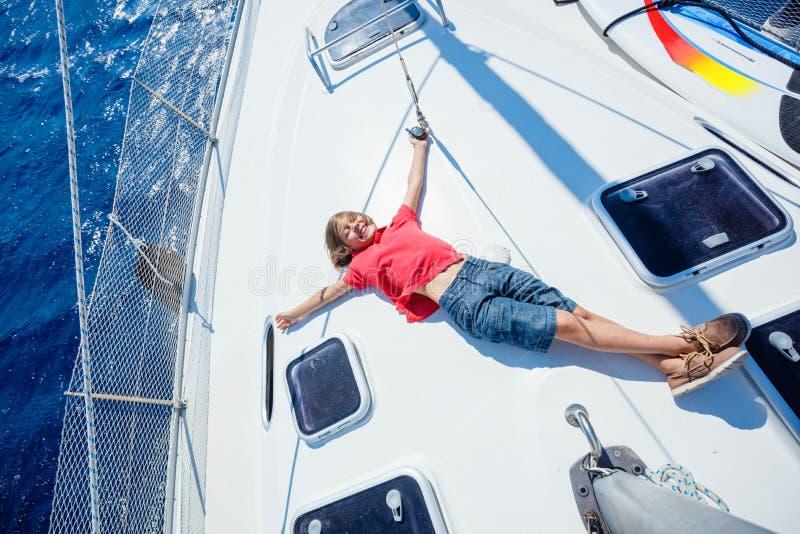 小男孩在船上在夏天巡航的航行游艇 旅行冒险,乘快艇与孩子家庭度假 库存照片