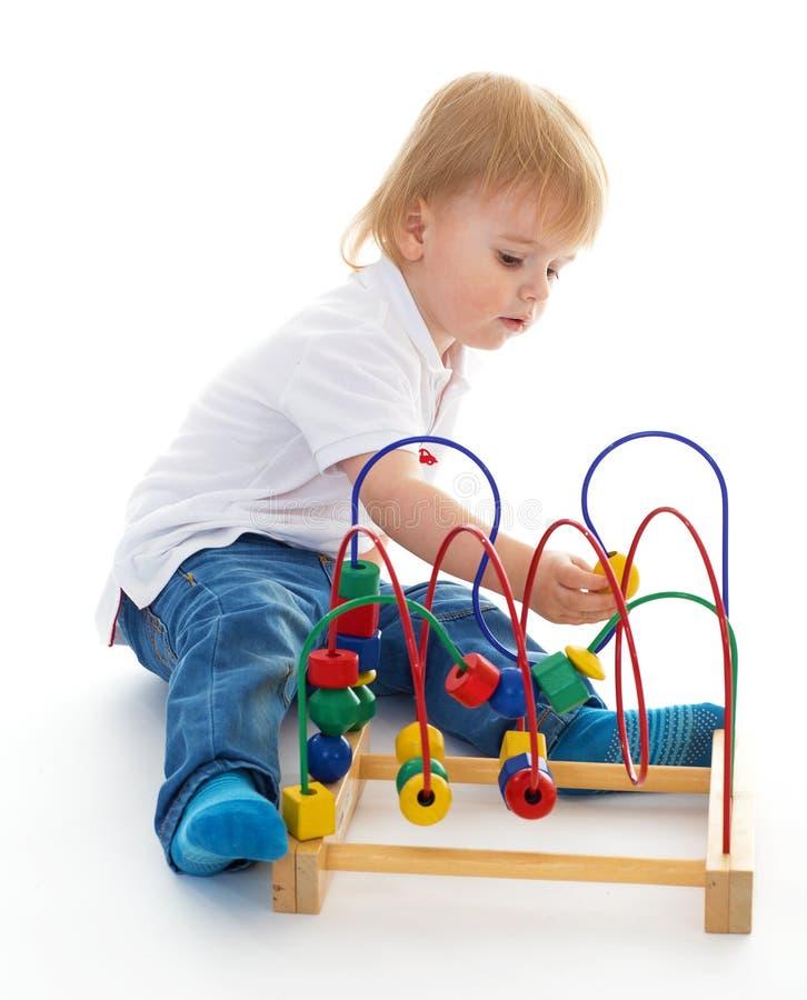 小男孩在蒙台梭利环境的教室。 库存照片