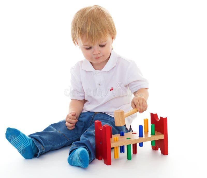 小男孩在蒙台梭利环境的教室。 库存图片