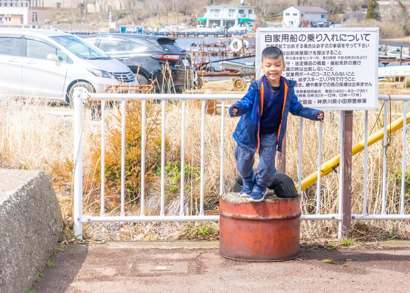 小男孩在Ashi湖附近使用在箱根,日本 免版税库存照片