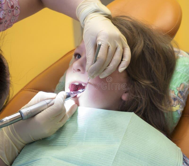 小男孩坐在牙医办公室的,一牙齿sur的孩子 库存图片