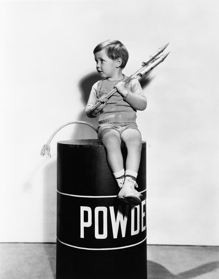 小男孩坐火药桶(所有人被描述不更长生存,并且庄园不存在 供应商保单那里 图库摄影