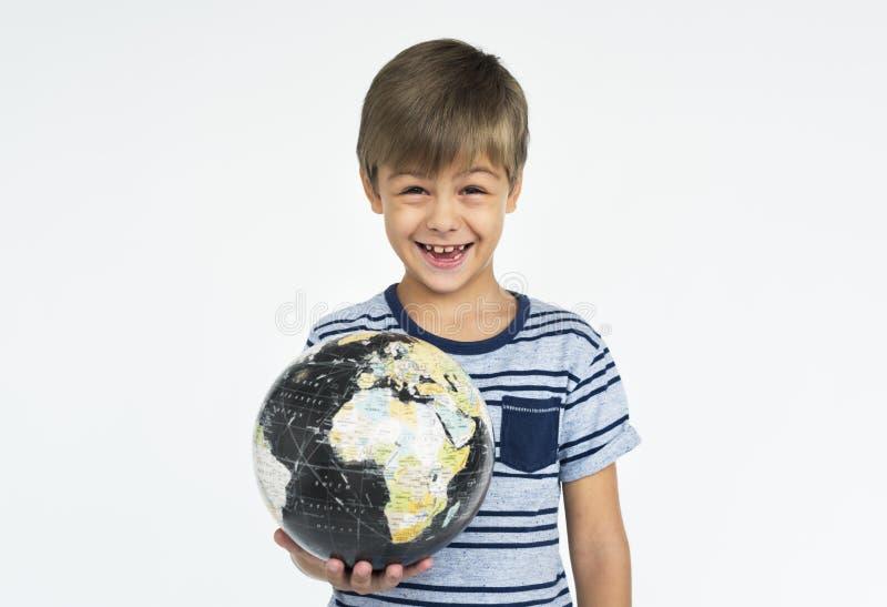 小男孩孩子可爱的逗人喜爱的嬉戏的地球画象概念 免版税库存图片