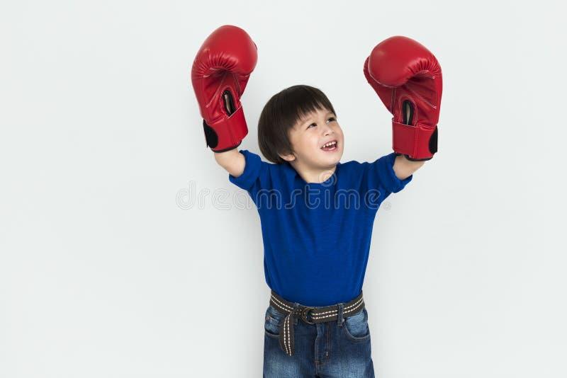 小男孩孩子可爱的逗人喜爱的拳击画象概念 免版税库存照片