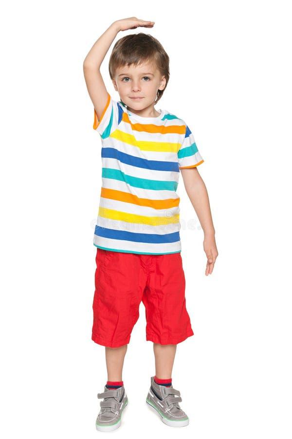 小男孩展示他怎么是高的 免版税库存照片