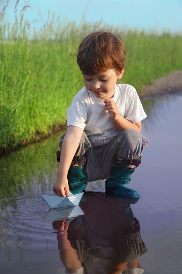 小男孩戏剧在水中 免版税库存图片