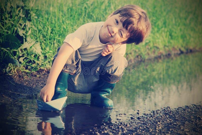 小男孩戏剧在水中 库存照片