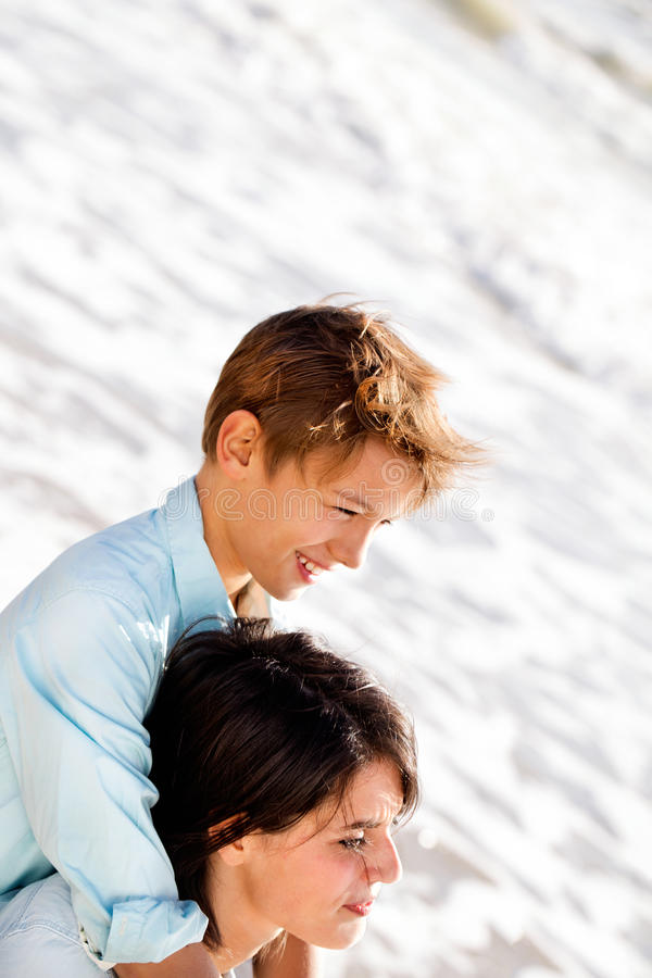 小男孩拥抱他的看风景海边的母亲 图库摄影