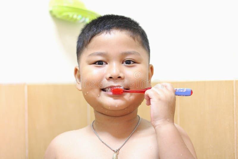 小男孩掠过的牙。 库存照片