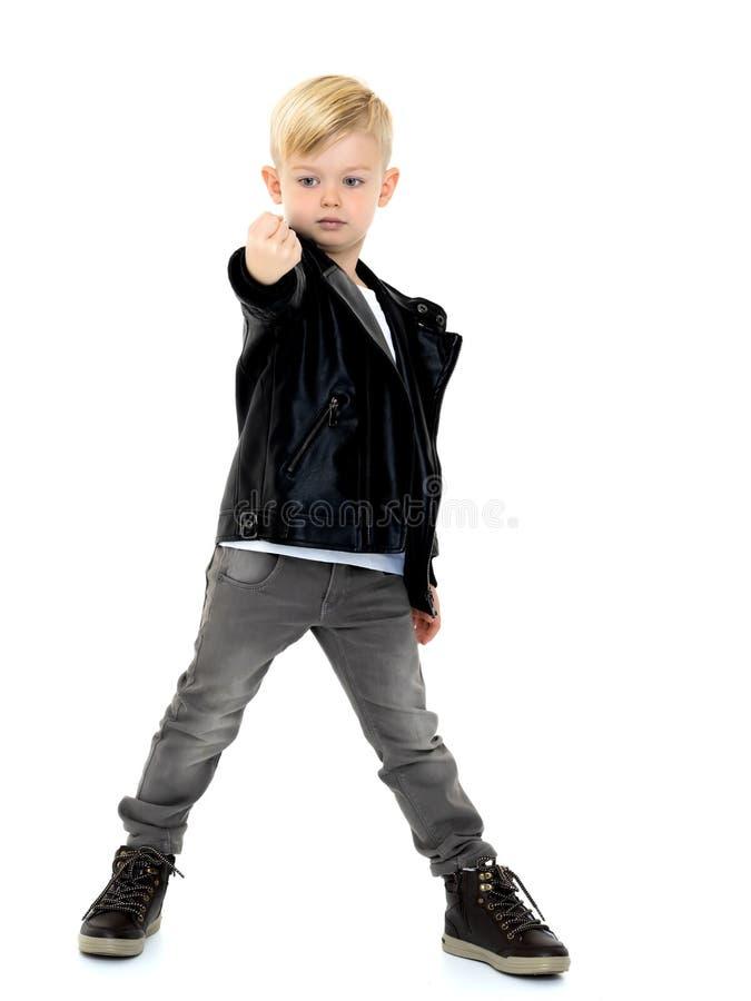 小男孩显示拳头 免版税库存图片