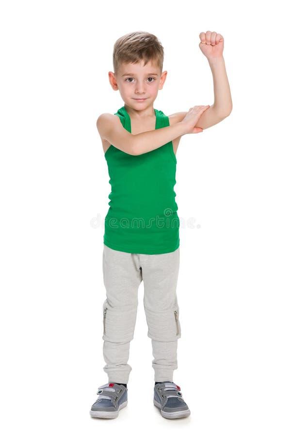 小男孩显示早晨锻炼的结果 库存图片