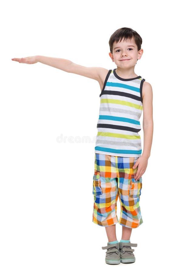 小男孩显示某事的高度 免版税库存图片
