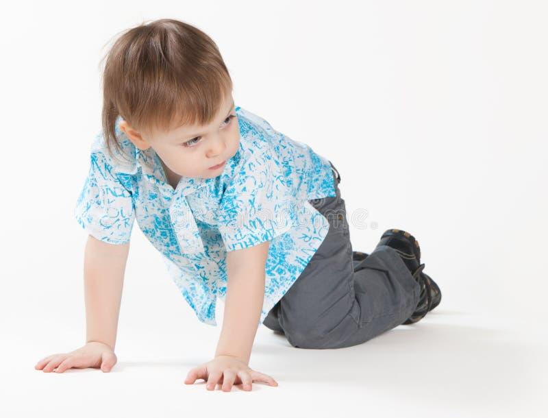 小男孩爬行 免版税库存照片