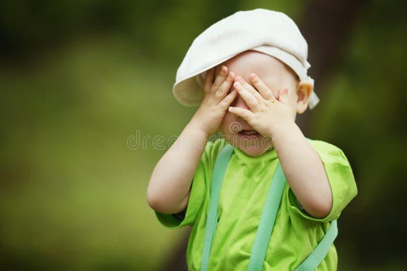 小男孩玩捉迷藏 免版税库存图片