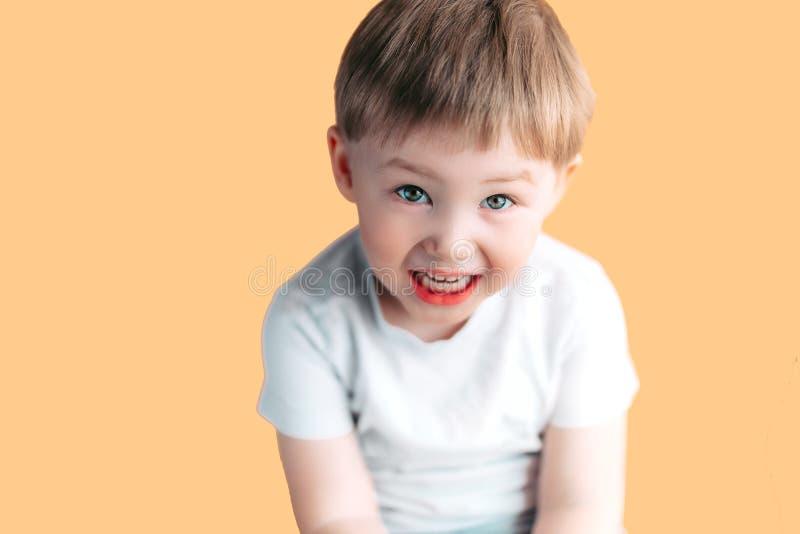 小男孩画象尖叫与张的嘴和疯狂的表示 惊奇或冲击面对 库存图片
