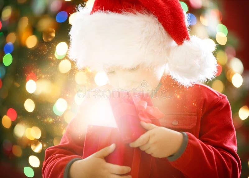 小男孩的不可思议的圣诞礼物 图库摄影