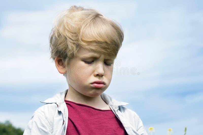 小男孩皱眉的哀伤的啼声 免版税库存照片