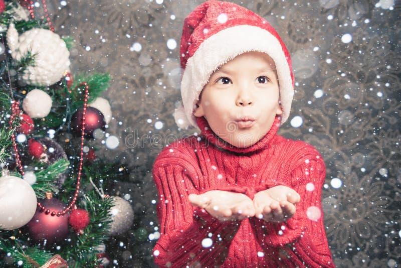小男孩神仙的吹的神仙的不可思议的闪烁,在圣诞节的stardust 免版税库存照片