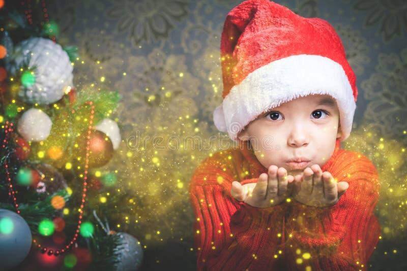 小男孩神仙的吹的神仙的不可思议的闪烁,在圣诞节的stardust 免版税图库摄影