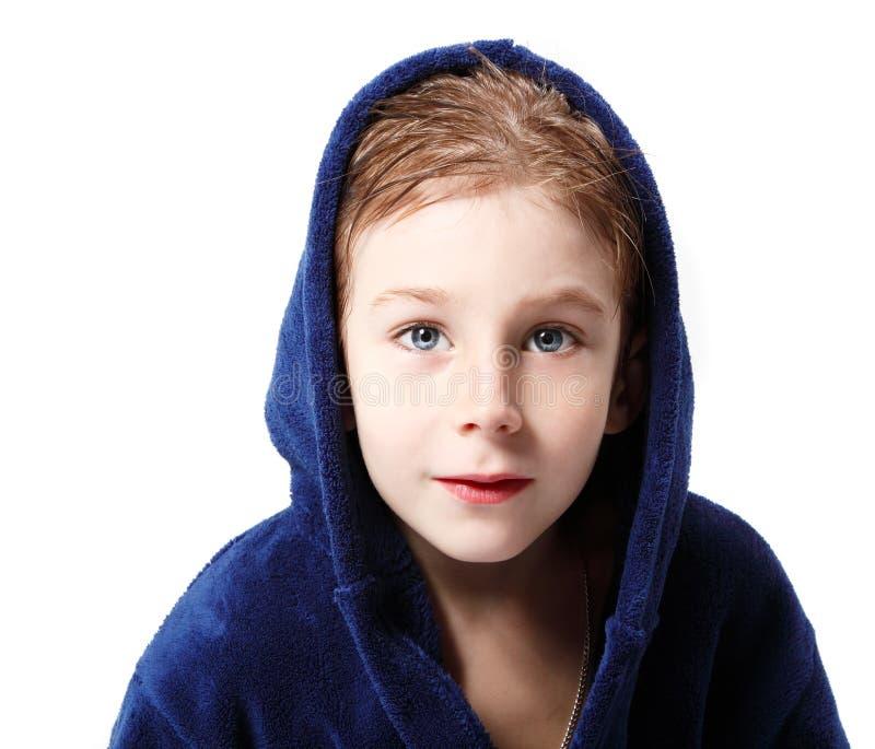小男孩美丽在蓝色浴巾的阵雨以后有湿头发的 免版税图库摄影