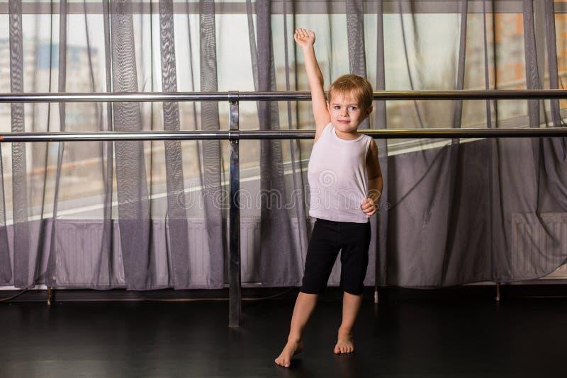 小男孩舞蹈家 免版税库存图片