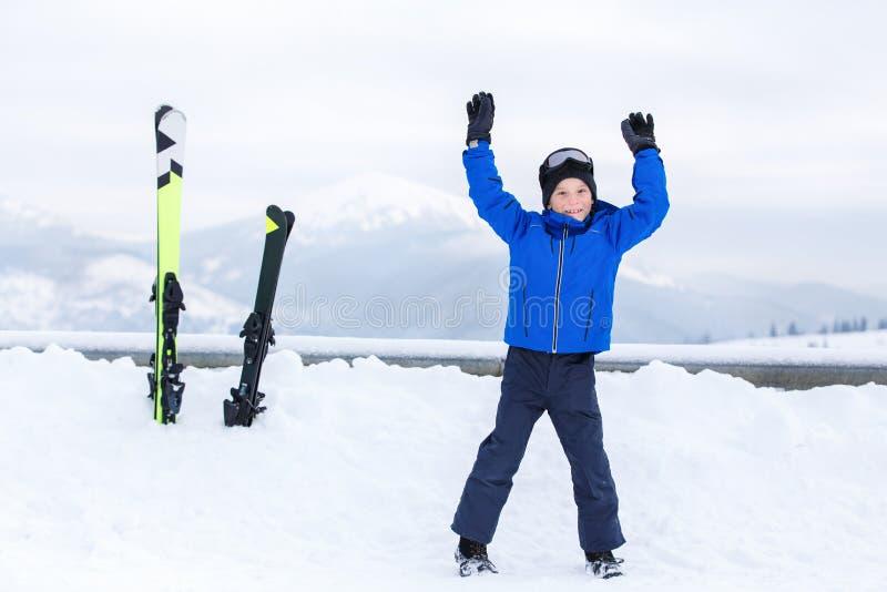 小男孩获得与滑雪的乐趣在山滑雪场 免版税库存照片