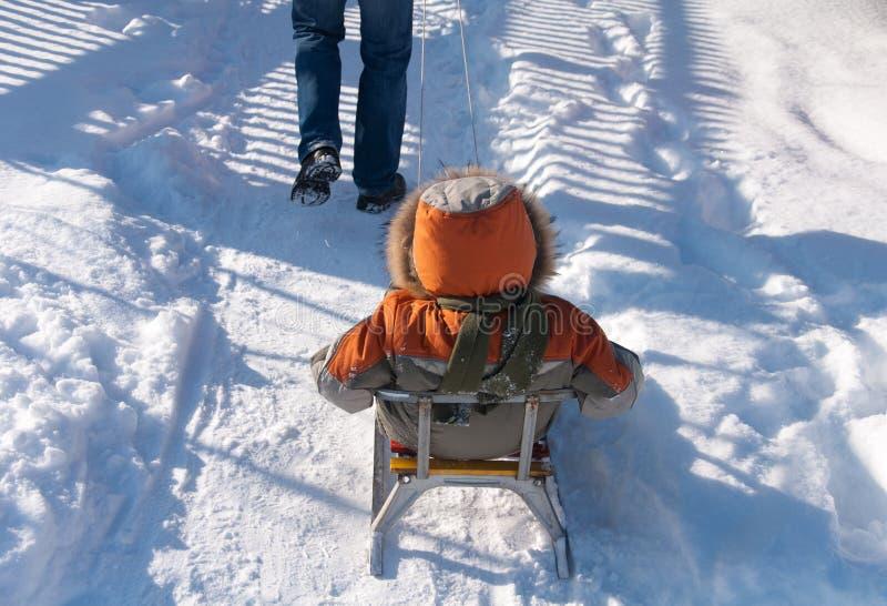 小男孩获得乐趣在雪 库存照片