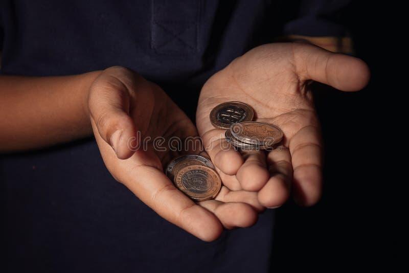 小男孩,特写镜头的手有硬币的 免版税库存图片