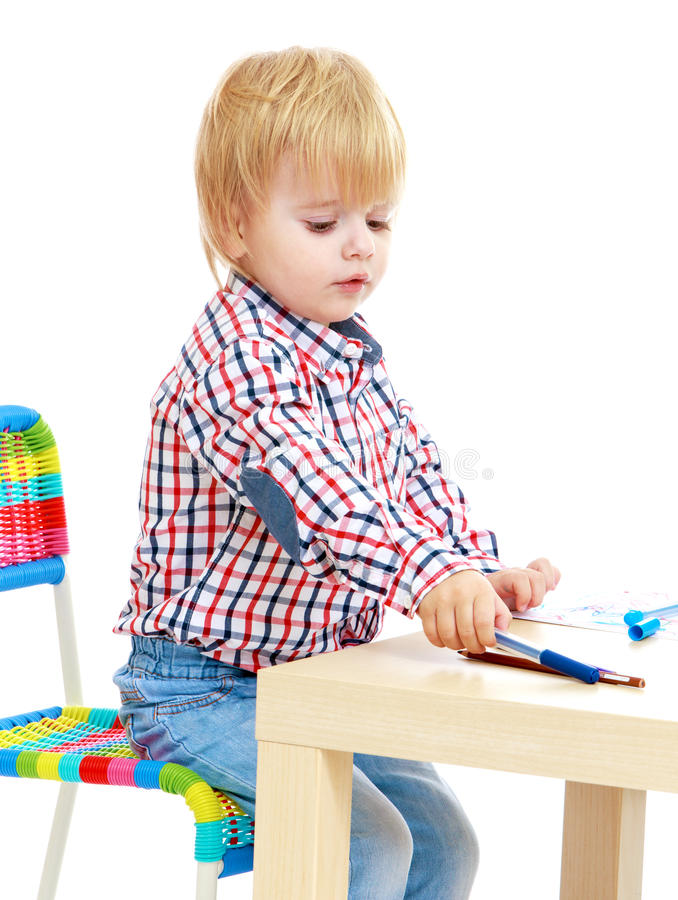 小男孩画毡尖的笔 免版税库存照片