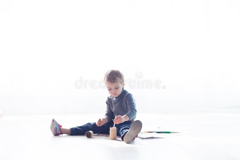 小男孩绘蜡笔的画 免版税图库摄影