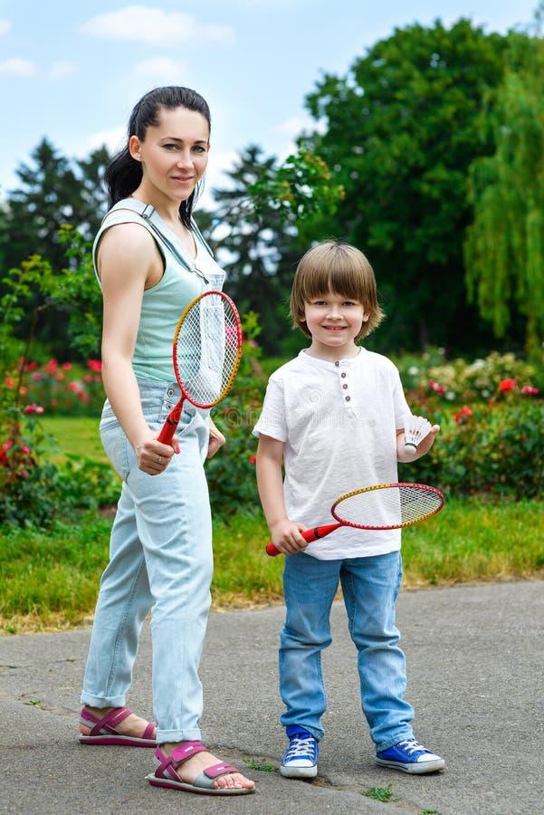 小男孩画象在拿着球拍的公园 免版税图库摄影