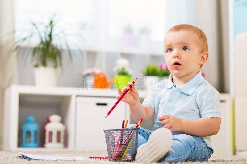 小男婴在家在内部的一间屋子里 库存图片