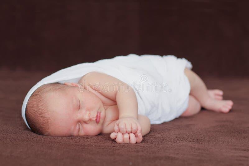 小男婴,在围巾rwapped的睡觉 免版税库存照片