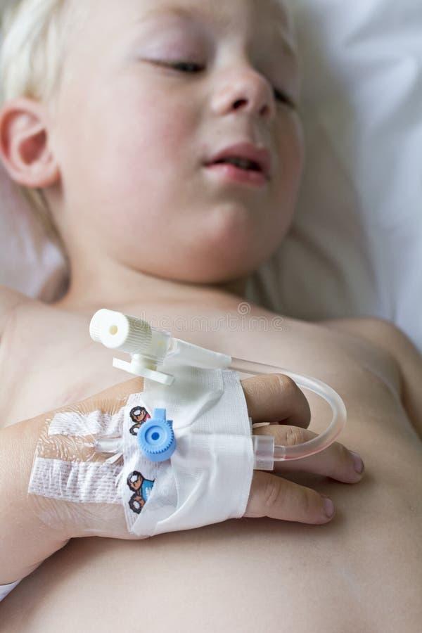 小病的男孩在医院 库存照片