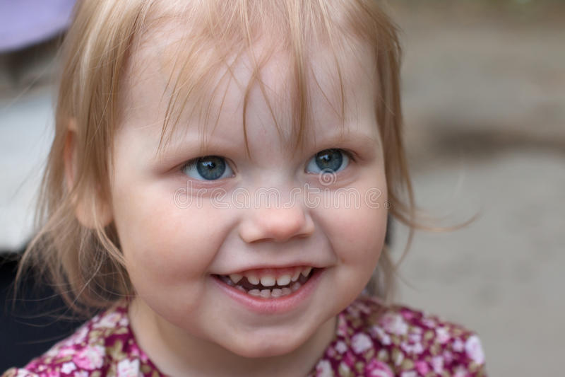 小白肤金发的女孩查寻室外,特写镜头,浅 库存图片