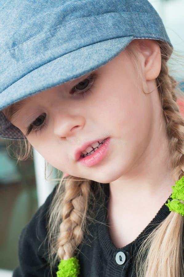 小白肤金发的女孩画象  免版税库存图片